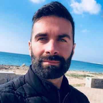"""Il prete-poeta Cosimo Schena, """"Il poeta dell'Amore"""", arriva con una nuova poesia """"Ti ho trovato"""" che già sta spopolando su Spotify"""