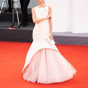 Red Carpet Festa del Cinema di Venezia: Nicole Macchi in Lorenzo Riva trionfa con l'abito icona ispirato a Jackie Kennedy